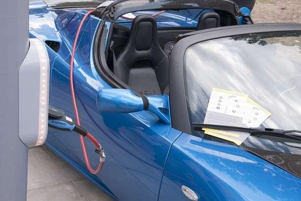 kabel blauwe autod